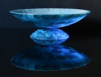 25.5cm diameter by 7.7cm height; sintered glass powders, sheet glass and mica